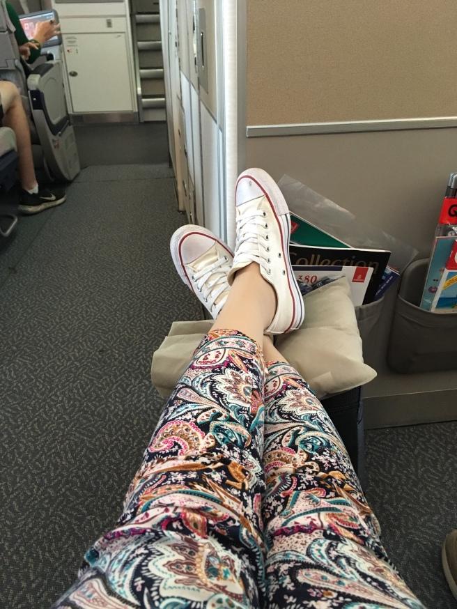 Voeten op tas in vliegtuig